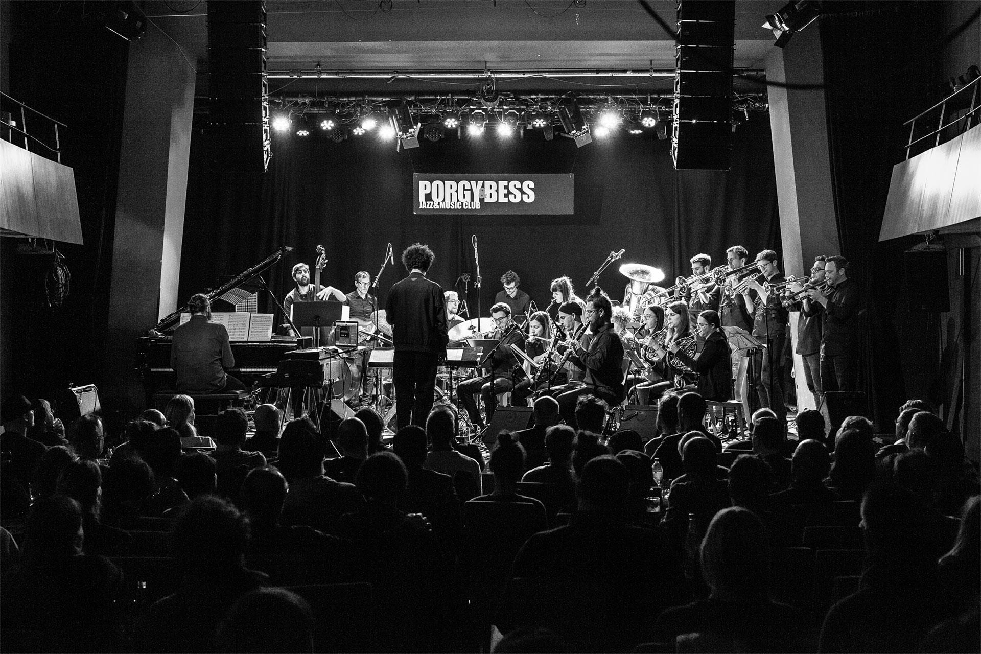 ein 22köpfiges Ensemble zusammengestellt aus ProfimusikerInnen, die sowohl im Jazz, als auch in der zeitgenössischen Musik verwurzelt sind.